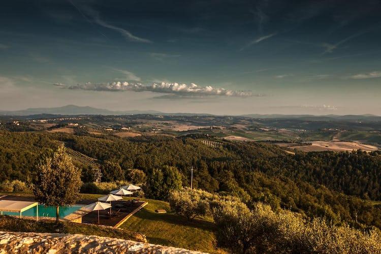 Castello La Leccia - la piscina, circondata dal verde delle colline circostanti e da panorami stupendi