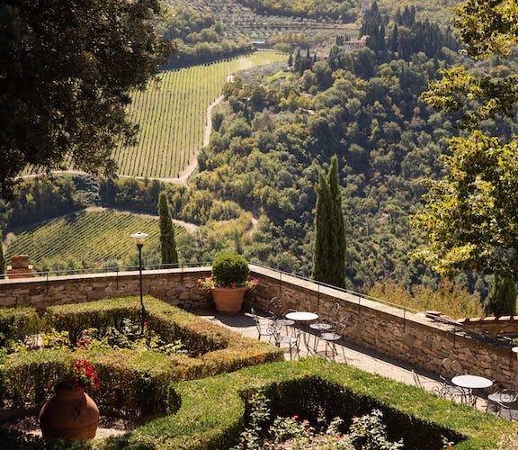 Castello Vicchiomaggio: dalle terrazze del castello si vedono i filari di vigneti da cui viene prodotto dell'ottimo vino