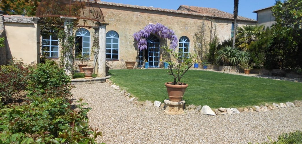 Relax in the magnificent garden at Frances B&B Lodge near Siena
