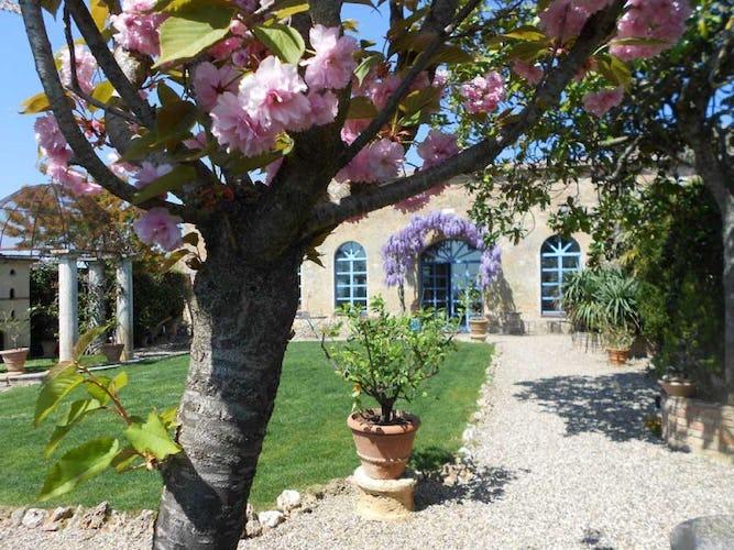 Il giardino storico con gli alberi in fiore che circonda la villa