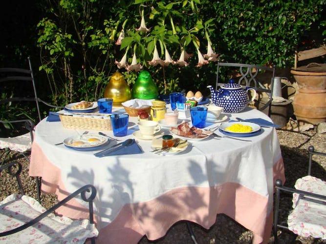 La ricca colazione con prodotti fatti in casa servita in giardino