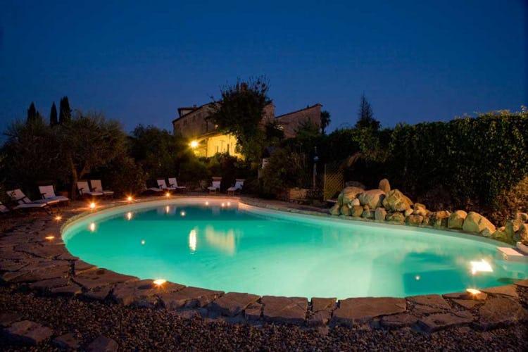 La piscina illuminata, uno spettacolo da mille e una notte