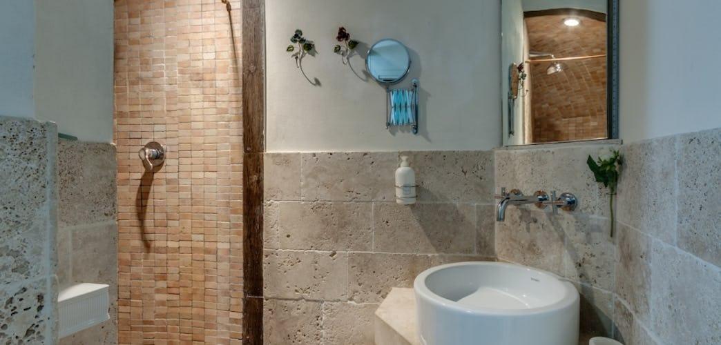 Travertine tile & full en suite bathrooms in every room at Frances B&B