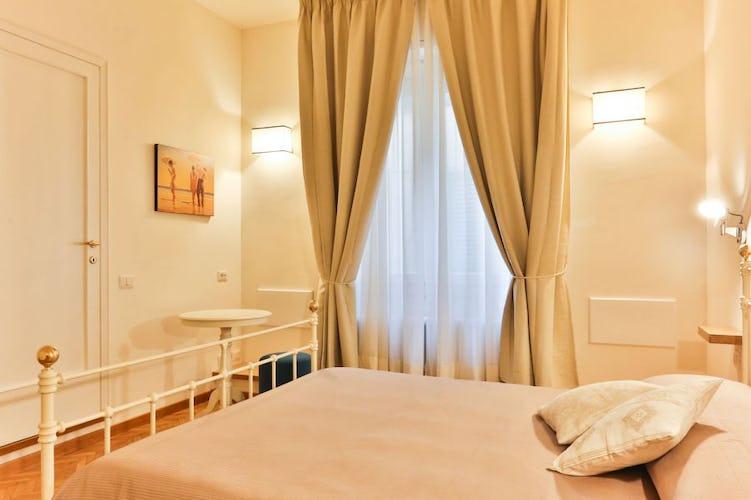 Golden Bridge Deluxe 4 vacation apartment has two bedrooms