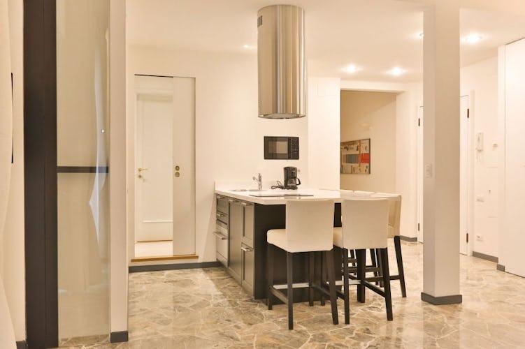Le cucine sono entrambe dotate di ogni accessorio ed elettrodomestico