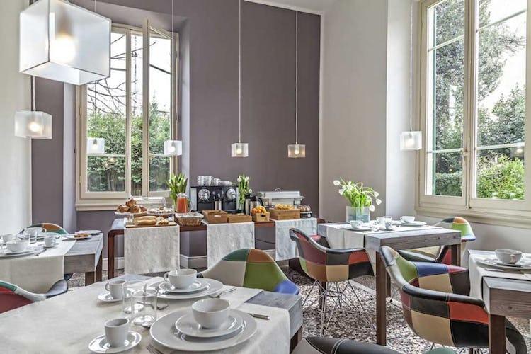 La colazione viene servita in una sala che si affaccia sul giardino