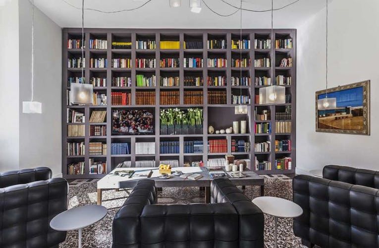Libreria e sala lettura: rispecchiano la contemporaneità dell'hotel