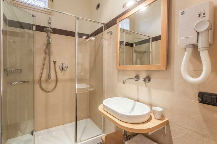Large showers and design accents in the bathrooms