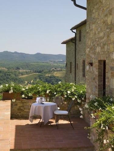 Un aperitivo con vista sulle colline del Chianti