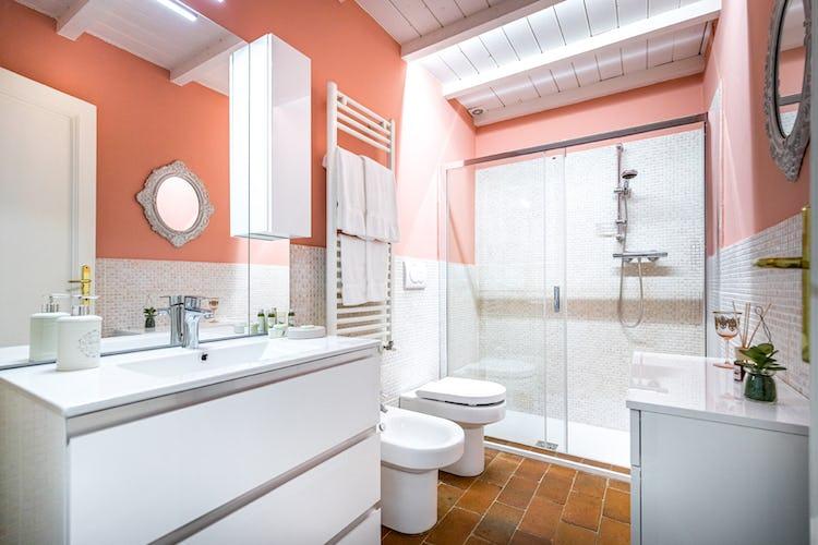 Il bagno, comodo, spazioso e dalle linee moderne
