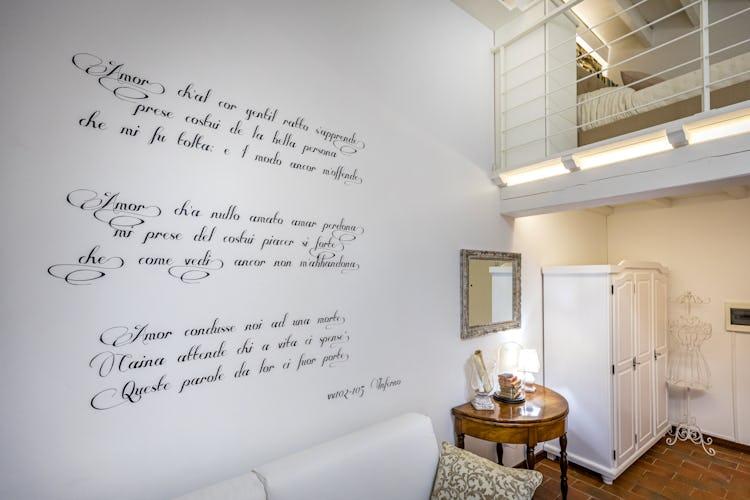 Una delle pareti del soggiorno è stata decorata con citazioni sullInferno di Dante
