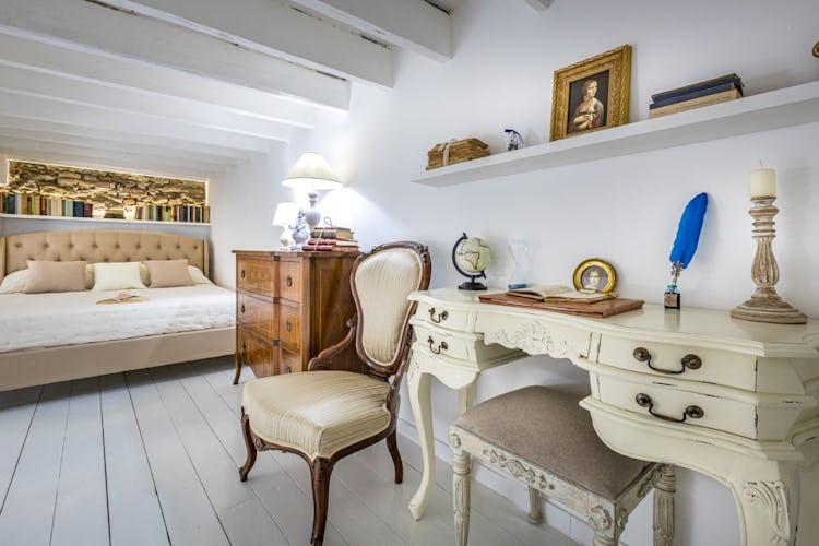 Il soppalco che ospita il letto è un ambiente ricco di fascino, con pavimenti in parquet