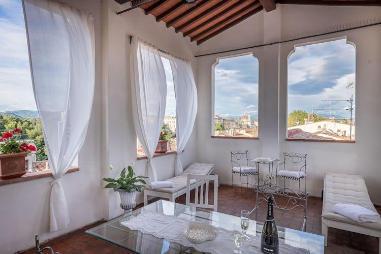 La magnifica e favolosa terrazza con vista sulla città e scorci sul Duomo, dotata di sdraio, sedie e tavolo per il massimo comfort