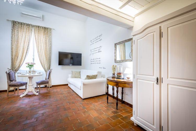 L'ampio e luminoso soggiorno, caratterizzato da pavimenti in tipica terracotta fiorentina
