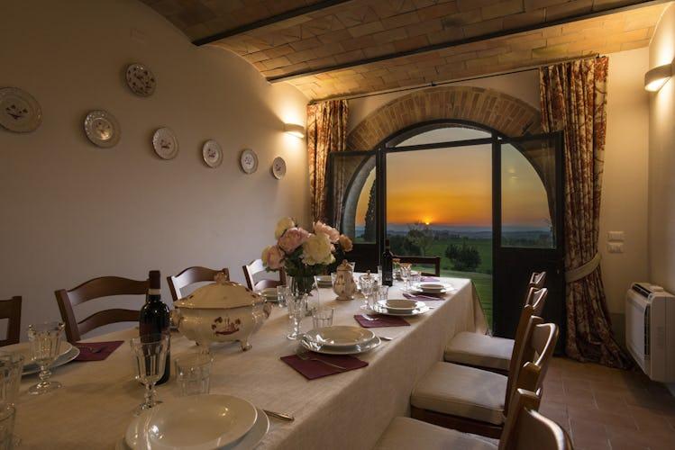 Villa I Cipressini: tramonto sulle sinuose colline toscane