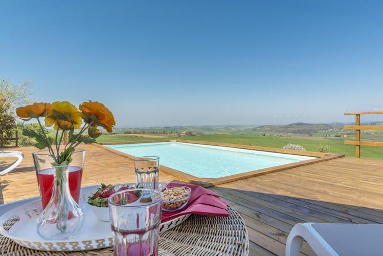 Villa I Cipressini: l'area intorno alla piscina, baciata dai raggi del sole
