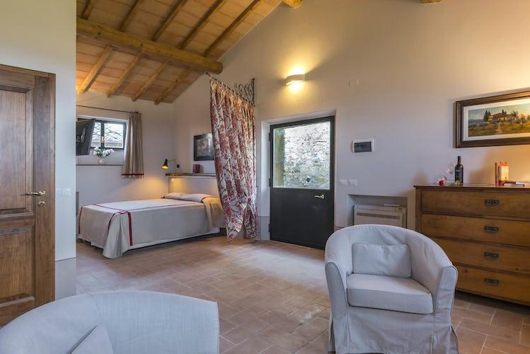Villa I Cipressini: soffitti con travi a vista, in tipico stile rurale, e stanze ampie e luminose