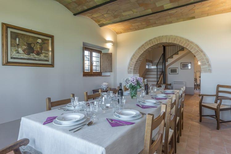 Villa I Cipressini: la sala pranzo, molto grande e dotata di tutto il necessario per imbandire la lunga tavola
