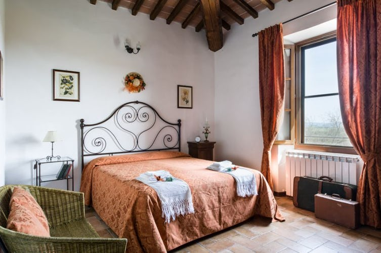 Country chic from Tuscany with great views at I Pianelli