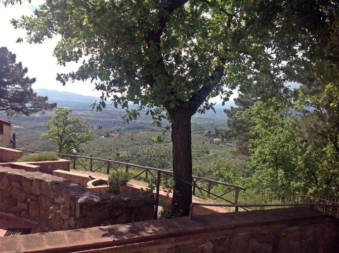 Vista del San Baronto sotto il sole della Toscana