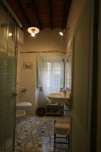Ogni camera ha il proprio bagno privato, arredato con stile