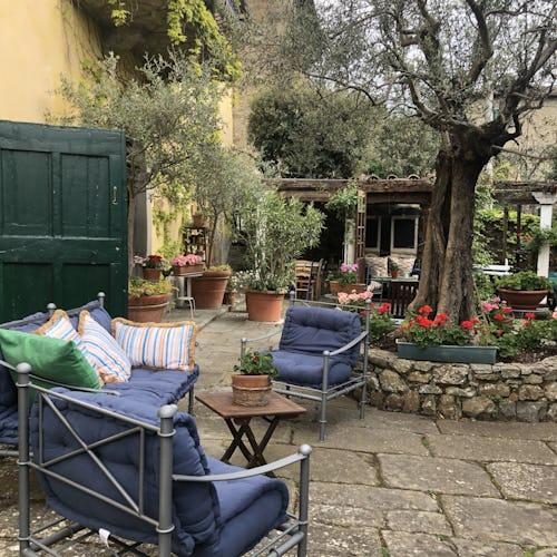 La villa ha il giardino tutto intorno, con il verde in tutte le direzioni
