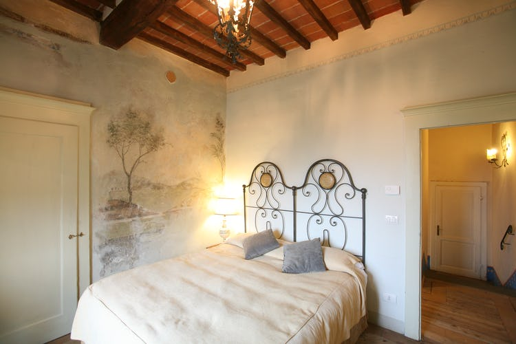 Ogni camera è arredata con cura, accentuandone lo stile toscano