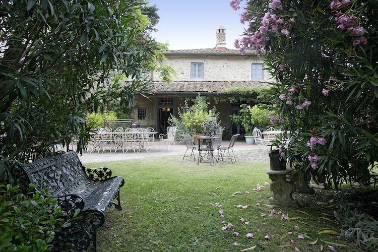 L'appartamento, incorniciato dal verde che caratterizza il paesaggio del Chianti, un trionfo di pace e relax