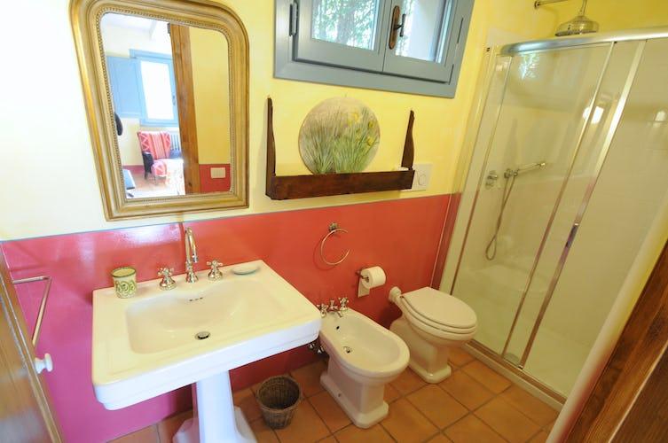 Il bagno, luminoso nei colori e semplioce nell'arredo
