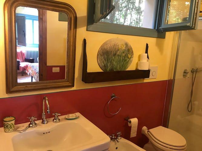 I colori caldi della campagna predominano in ogni stanza dell'appartamento