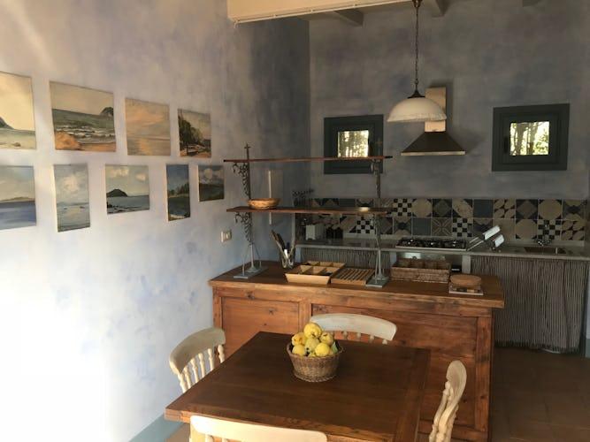 La penisola ed il tavolo da pranzo della cucina
