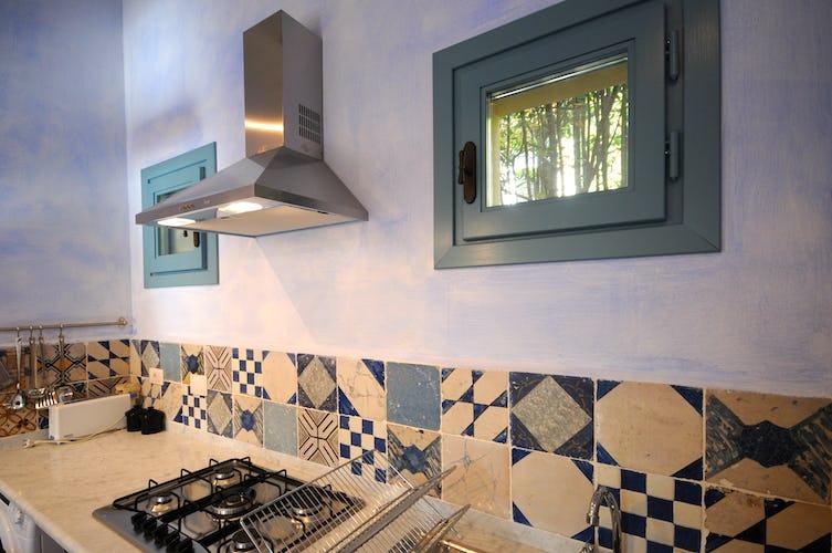 La cucina è accessoriata con tutto il necessario per prepaparare deliziosi piatti in autonomia