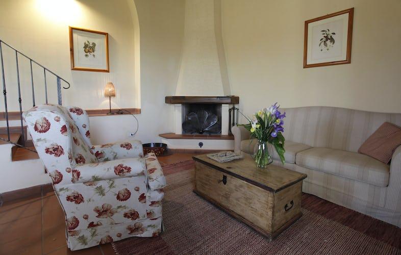 Pavimenti in cotto e caminetto in tradizionale stile rurale, per un relax 100% toscano