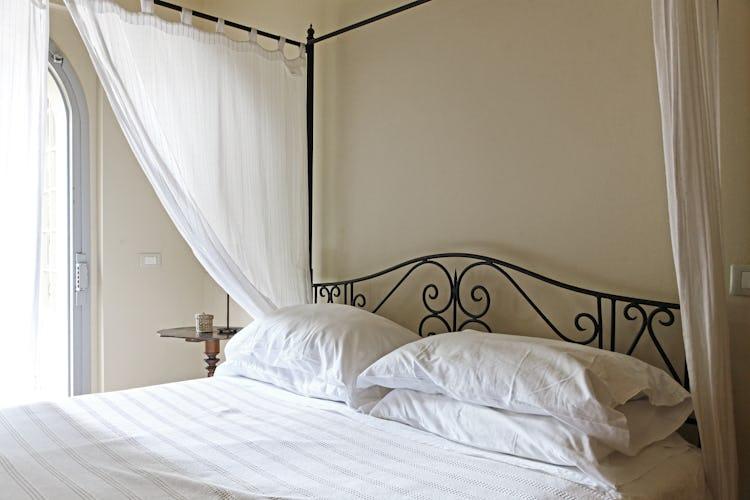 I romanticissimi letti a baldacchino di cui sono dotati gli appartamenti de La Certaldina