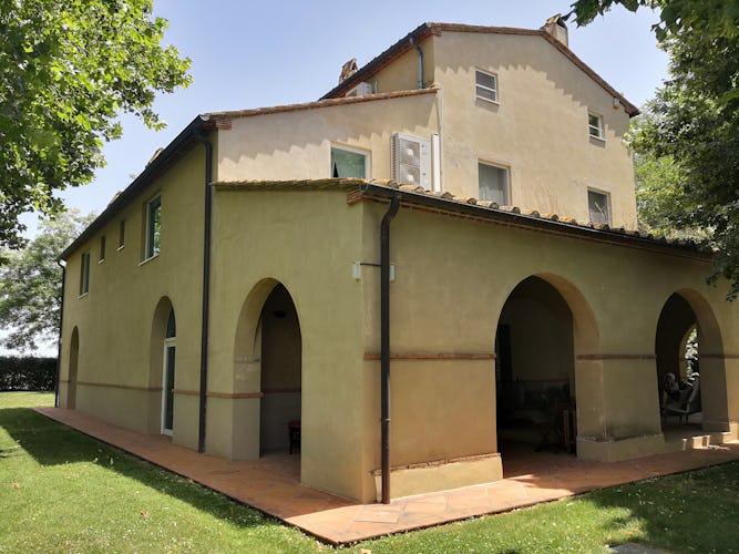 La Villa con gli Archi è disposta su tre piani