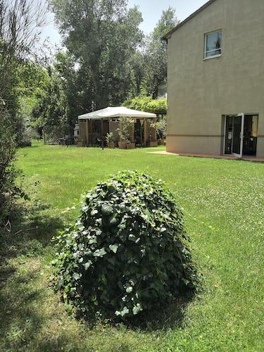 Gli spazi esterni organizzati de La Villa con gli Archi: terrazze coperte, gazebo e sdraio a bordo piscina
