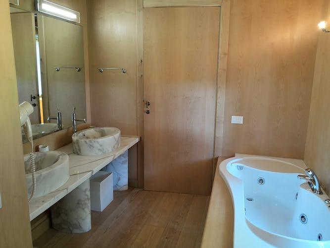 La Villa con gli Archi: la camera da letto principale con il salottino ed il bagno esclusivo dotato di vasca idromassaggio