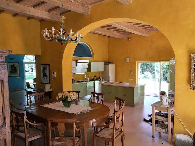 La Villa con gli Archi ha una cucina super spaziosa, dove chiunque abbia voglia di partecipare agli esperimenti culinari può trovare il proprio spazio