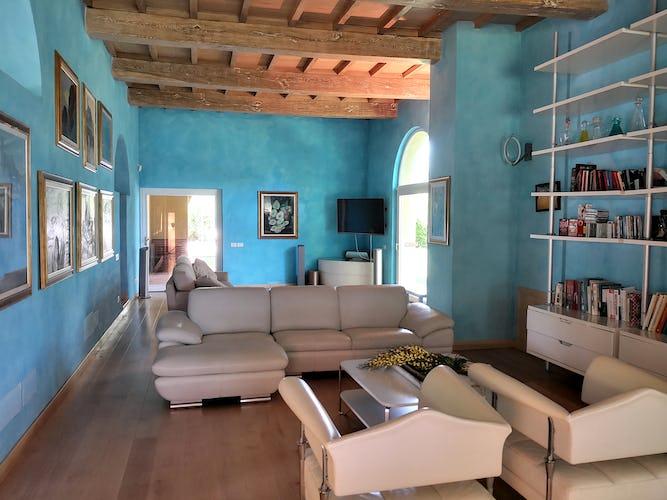 La Villa con gli Archi dispone di diverse aree comuni molto accoglienti, dove potersi rilassare insieme agli amici ed alla famiglia