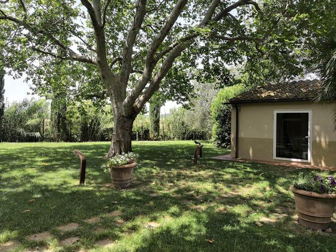 La Villa con gli Archi è circondata da un magnifico giardino con alberi secolari, piante e fiori profumati