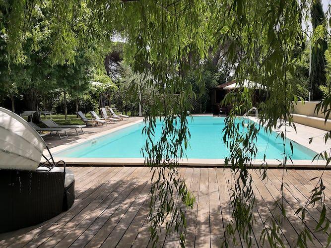 La Villa con gli Archi: a disposizione degli ospiti una piscina di acqua salata, sdraio, tavolini e bbq