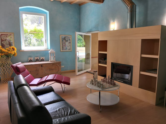 La stanza dei giochi de La Villa con gli Archi, in cui è presente anche un caminetto, perfetta per ogni stagione