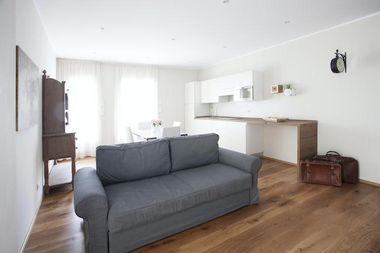 Le Dimore del Borgo:  soggiorno con angolo cottura luminoso ed arioso grazie alle ampie finestre
