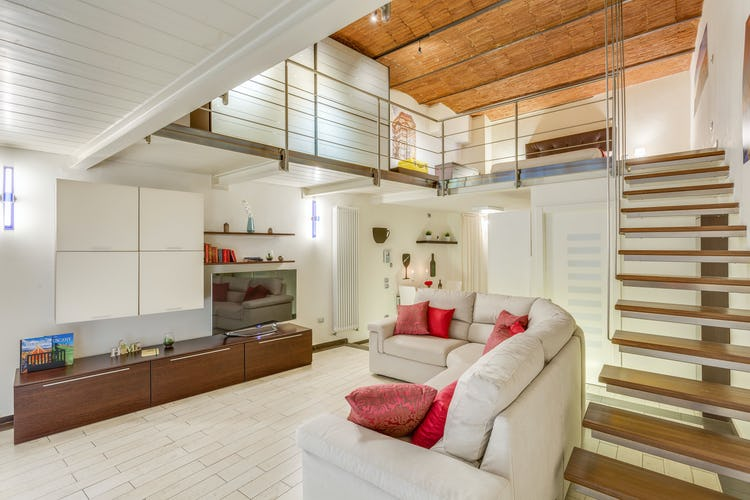 Loft le Murate - Il soggiorno con ampio divano e TV a schermo piatto