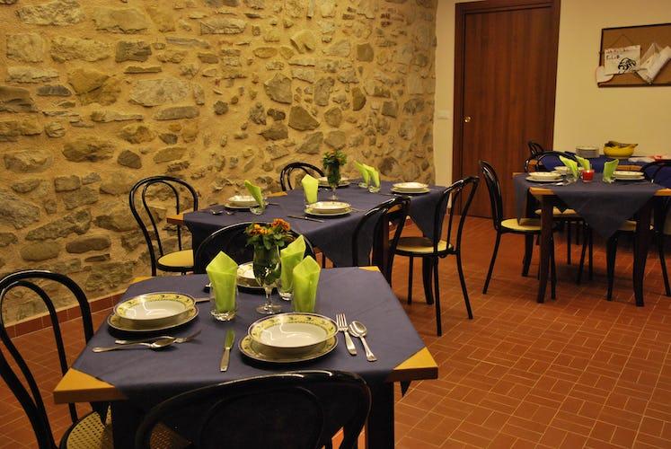 Lunantica Podere Il Falco - il ristorante in loco, un ambiente in stile rustico dalle pareti in pietra a vista