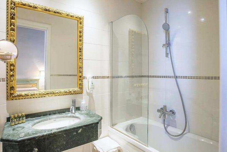 Hotel Machiavelli Palace - anche i bagni sono curati nei minimi dettagli, con lavandini in marmo verde