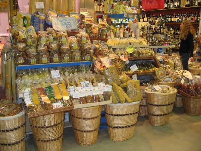 Mami Haus si trova vicino ai supermercati, negozi e ristoranti