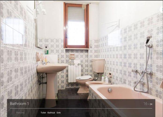 Vi sono due bagni condivisi, uno con vasca ed uno con doccia