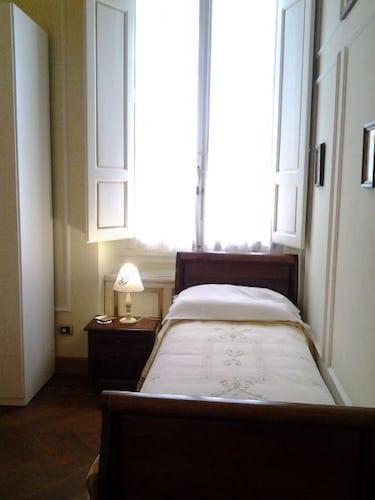 Camera da letto arredata in stile classico