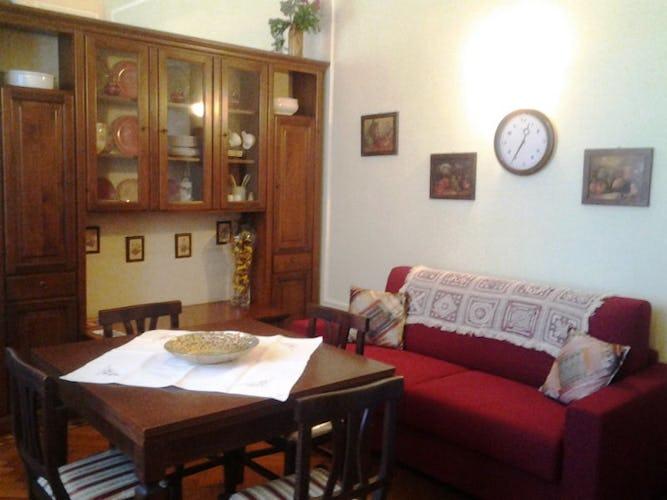 Il soggiorno con il tavolo, le sedie e il divano letto